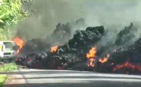 Поток раскалённой лавы уничтожил стоящий на его пути автомобиль (видео)