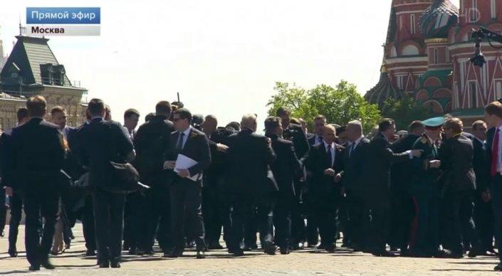 Парад на Красной площади закончился инцидентом с участием Путина