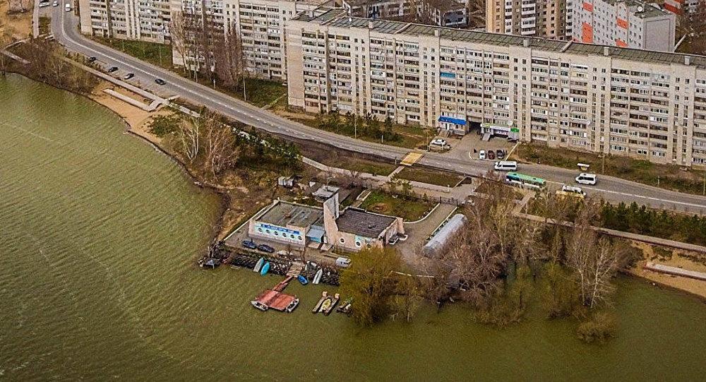 Ребенка порывом ветра отбросило в реку в Павлодаре
