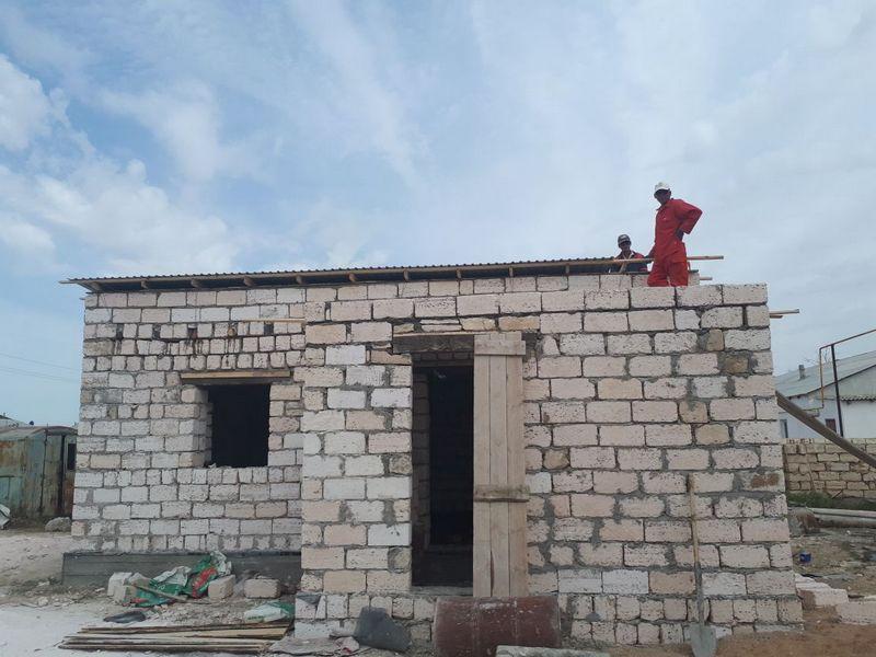 Группа волонтеров строит 80-летнему жителю Мангистау дом