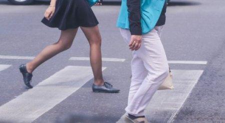 Астанчанам предложили переходить дорогу с флажками в руках