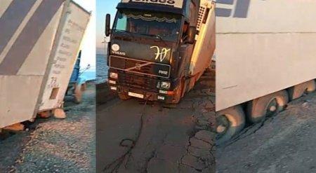 Фура застряла в провалившемся асфальте на трассе в Акмолинской области