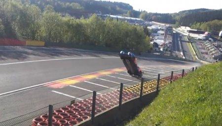 Машина российского гонщика сделала сальто на скорости 300 километров в час