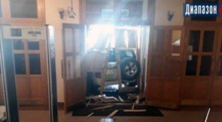 Пьяный бизнесмен протаранил акимат, спутав его с гаражом - СМИ