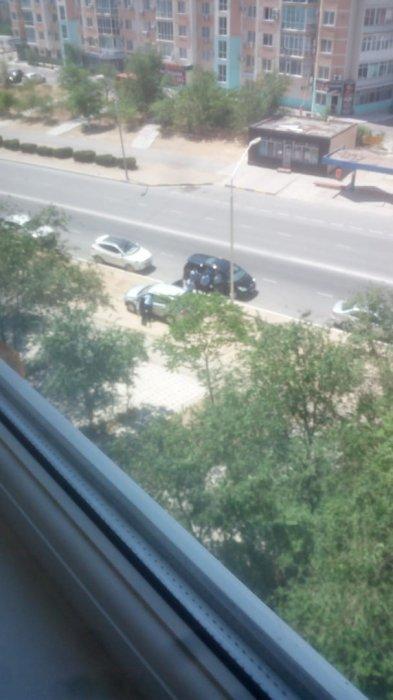 В Сети появились фото задержания неизвестных лиц в 9 микрорайоне Актау