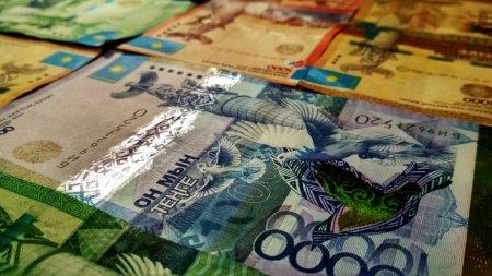 Курс нацвалюты достиг почти 331 тенге за доллар