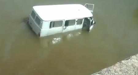 Хотел переехать реку, но не рассчитал глубину: в Павлодаре УАЗ застрял рядом с мостом