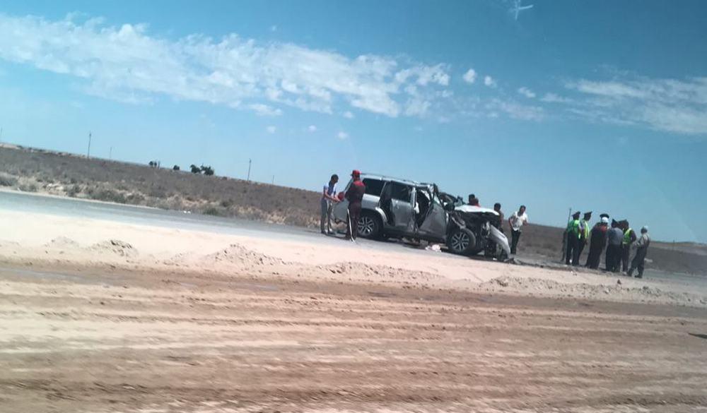 Внедорожник столкнулся с грузовиком на трассе Актау - Жанаозен