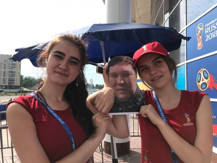 """""""Не отпустила жена"""". Казахстанцы взяли """"картонного"""" друга на ЧМ по футболу"""