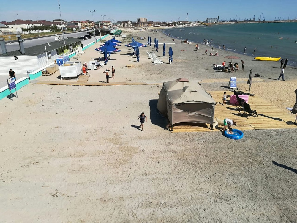Солдатский пляж в Актау адаптировали для людей с особенными потребностями