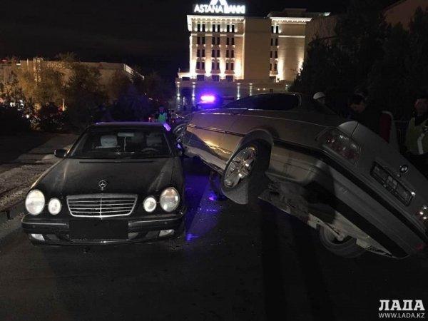 ВАЗ-2114 взгромоздился на внедорожник в Актау