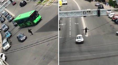 Человека со странным поведением посреди дороги сняли на видео в Алматы
