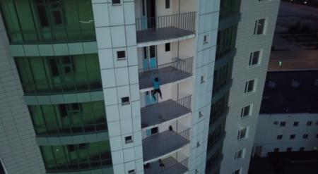 """""""Человек-паук"""" в Актобе: парень взобрался на 25-этажное здание"""