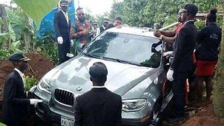 Богатый нигериец похоронил отца в роскошном внедорожнике вместо гроба
