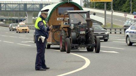 Болельщик из Германии приехал на тракторе на чемпионат мира в Россию