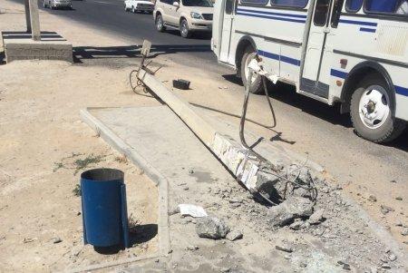 В Актау мужчину госпитализировали после падения столба