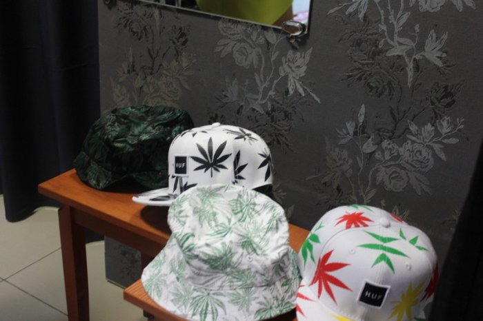 В Актау предпринимателю грозит ответственность за продажу одежды с изображением конопли