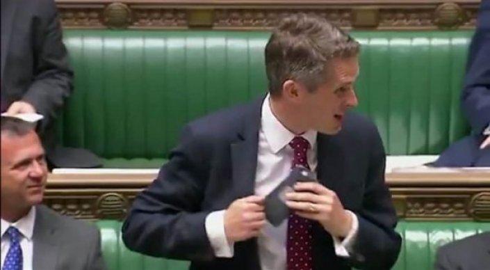 Siri случайно сделала доклад в парламенте Великобритании вместо министра обороны