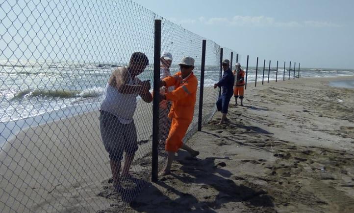 Территорию у водосбросного канала «Шора» в Актау огородили забором