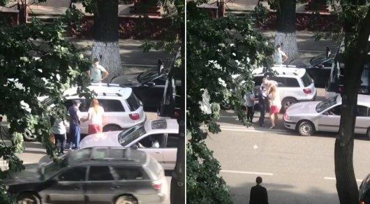 """""""Шапалак"""" от водительницы троллейбуса автомобилисту попал на видео в Алматы"""