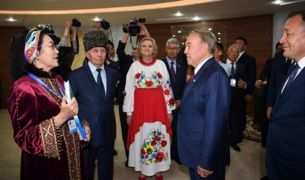Назарбаеву показали подарок от Мангистау к 20-летию Астаны