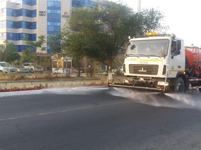 В Актау начали поливать центральные дороги