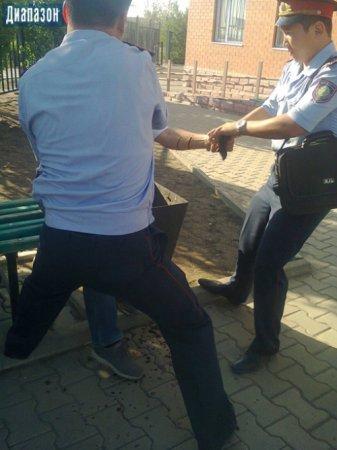 Актюбинец приковал себя цепью к забору прокуратуры
