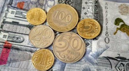 Доллар продают по 353 тенге в обменниках