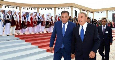"""""""Все это для вас"""" - Назарбаев прошелся по набережной в Актау"""