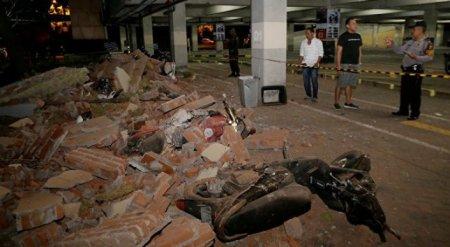 Мощное землетрясение в Индонезии: более 380 человек погибли