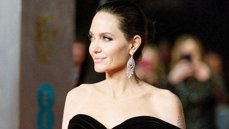 Анджелину Джоли госпитализировали в психиатрическую клинику