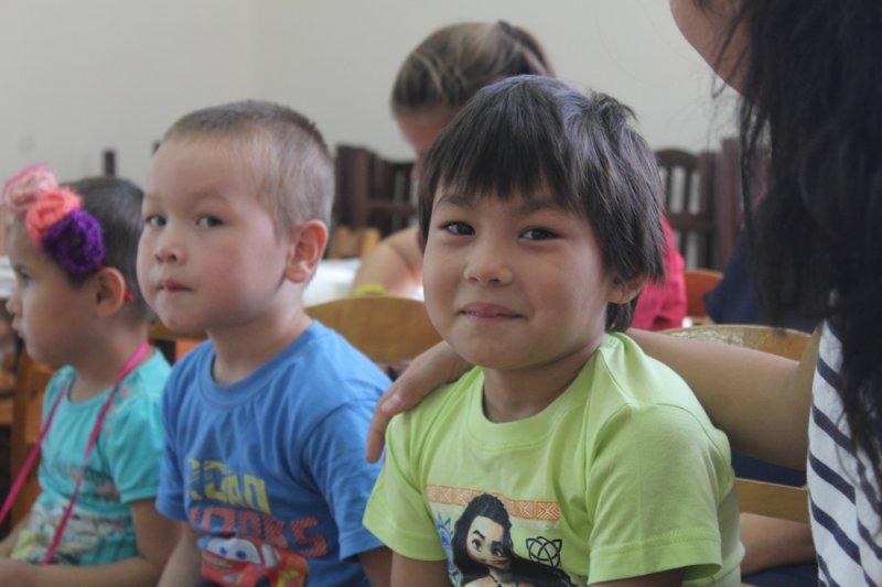 Строители Актау подарили детям из детской деревни школьную форму