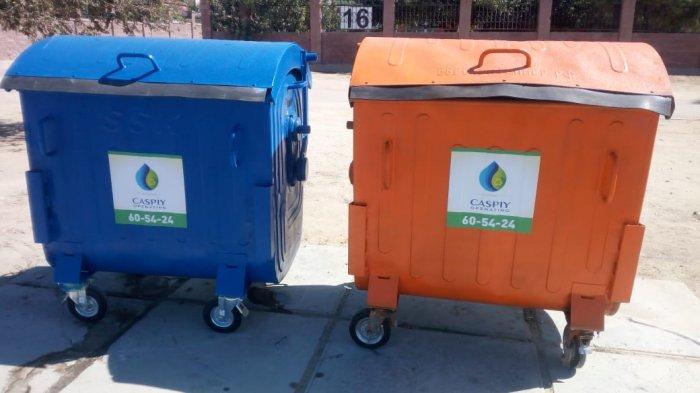 В Актау установили разноцветные контейнеры для мусора