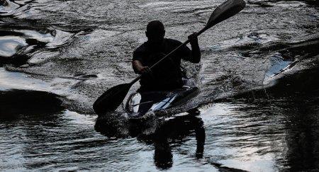 Это вам не Венеция: двух мужчин, плывших на лодке во время ливня, наказали в Астане