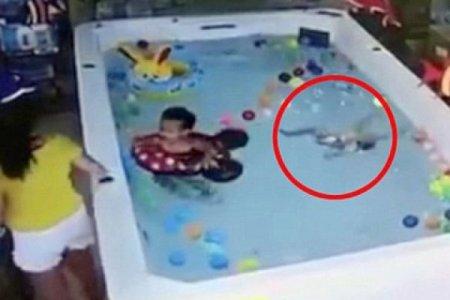 В Китае уткнувшаяся в телефон женщина проигнорировала тонущую дочь