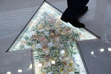 Россиянам посоветовали избавиться от долларов