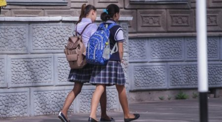 Мальчик в школьной форме покусал детей в Алматы