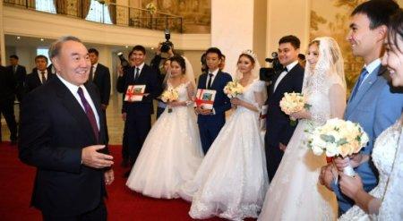 Назарбаев сфотографировался с молодоженами в Караганде