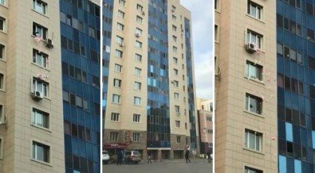Женщина выбросила ведро мусора из окна в центре Астаны