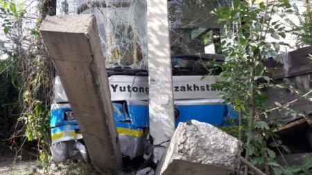 Автобус снес забор и врезался в газовую трубу в Алматы