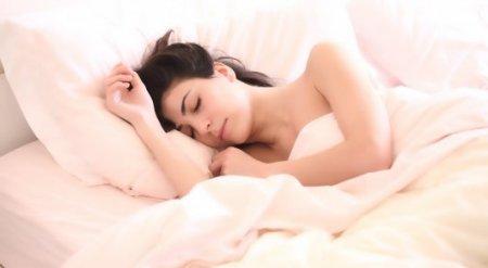 Названа самая вредная поза для сна. Мнение врача