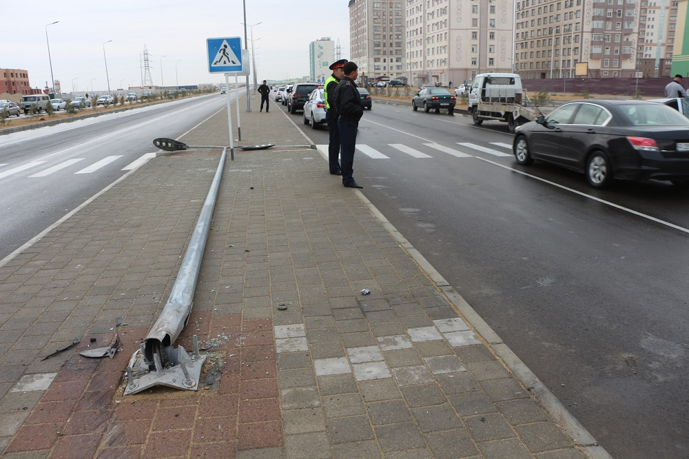 Автомобиль снёс фонарный столб в Актау