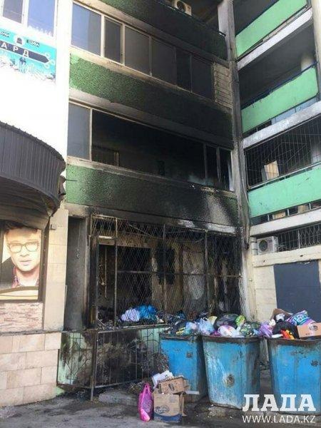 Три этажа многоэтажного дома пострадали в результате пожара в Актау