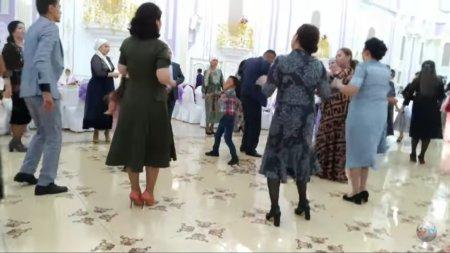 Маленькие танцоры из Актау отжигают на свадебном тое.
