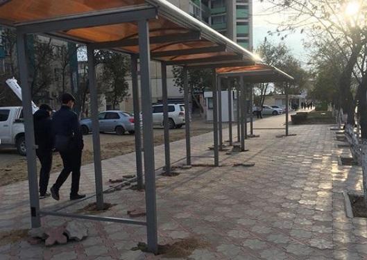 В Актау устанавливают новые автобусные остановки
