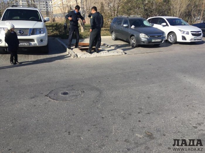 Ребенок едва не упал в четырехметровый люк на территории ТРК «Актау»