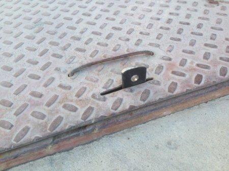 На парковке у ТРК «Актау» заварили открытый люк
