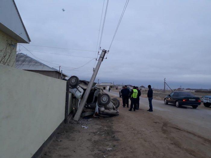 В Мангистау автомобиль врезался в ограждение жилого дома