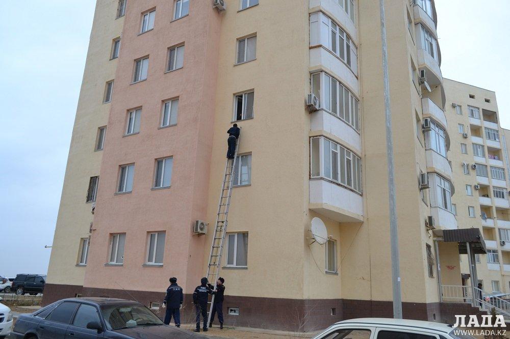 В Актау двухлетний ребенок заперся в квартире