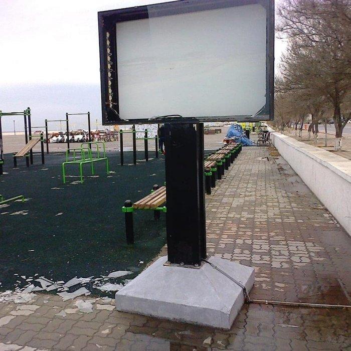 С начала года на набережной Актау вандалы разбили стекла 19 рекламных конструкций